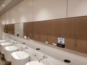 In iedere toiletgroep op de terminal zijn aan de wand een of meerdere stemkastjes geïnstalleerd